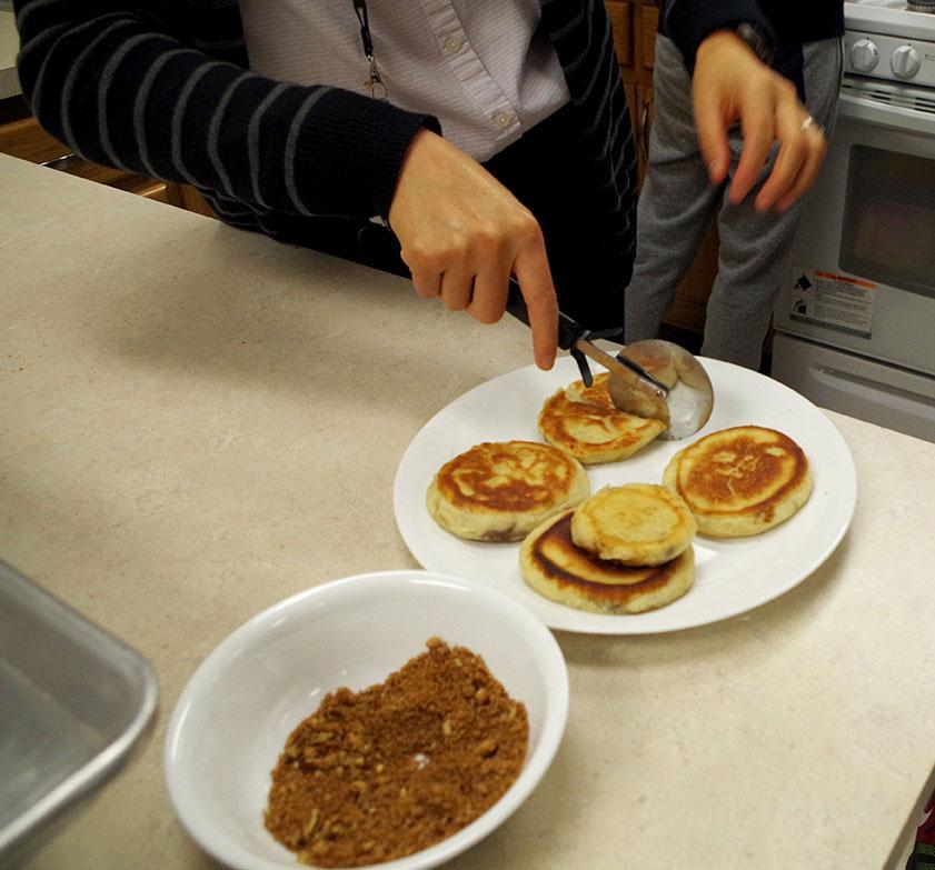 Vogel cutting pancakes