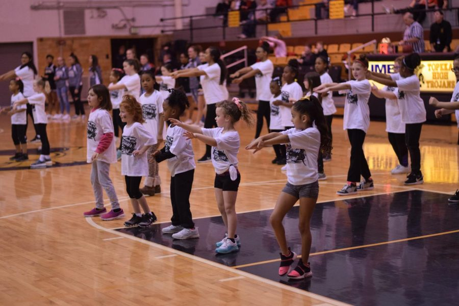 The+Topeka+high+cheer+squad+puts+on+a+children%27s+dance+clinic+for+the+halftime+show.